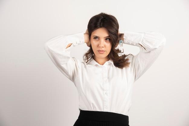 Portrait de belle employée de bureau sur blanc.