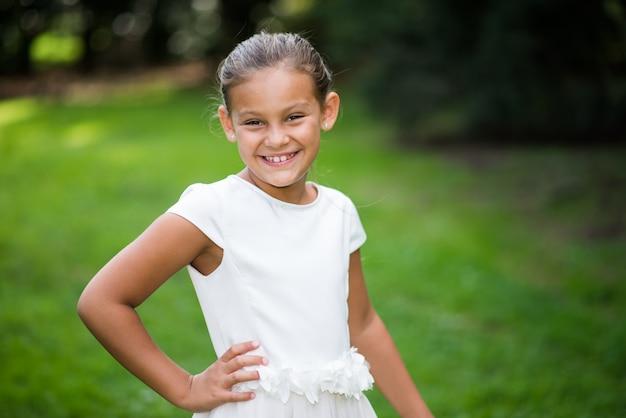Portrait de belle enfant souriant
