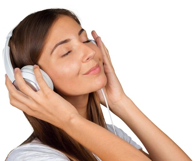 Portrait d'une belle étudiante écoutant de la musique