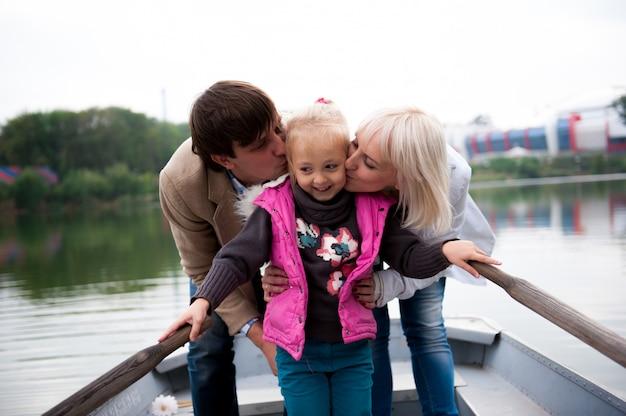 Portrait d'une belle famille sur le bateau