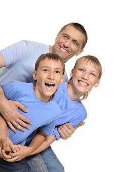 Portrait d'une belle famille heureuse allongée sur fond blanc