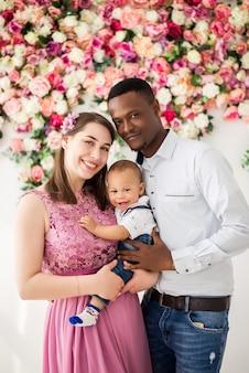 Portrait d'une belle famille internationale avec un bébé.
