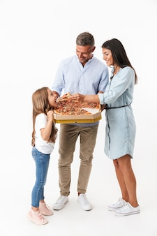 Portrait d'une belle famille mangeant une pizza