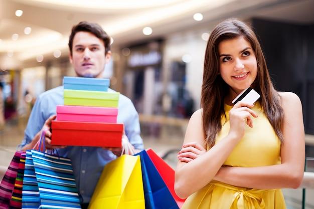 Portrait d'une belle femme accro du shopping