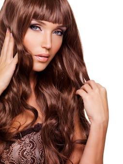 Portrait d'une belle femme adulte avec de longs poils rouges.