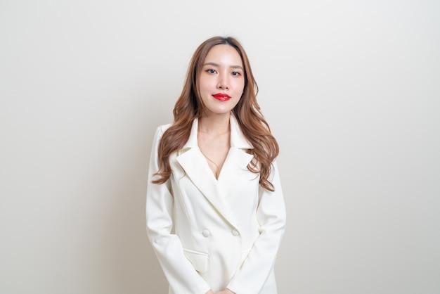 Portrait belle femme d'affaires asiatique en costume blanc