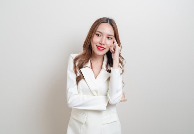 Portrait belle femme d'affaires asiatique pensant sur fond blanc