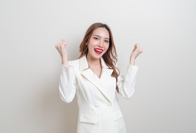 Portrait belle femme d'affaires asiatique avec succès émotion sur fond blanc