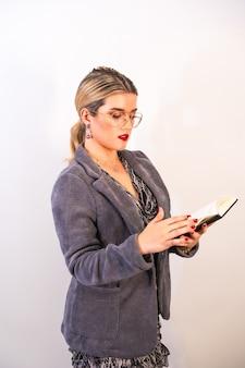 Portrait d'une belle femme d'affaires caucasienne, vérifiant son calendrier