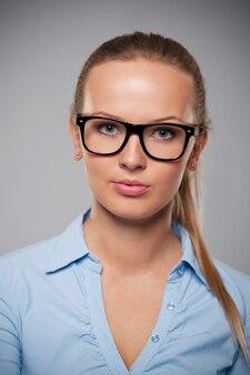 Portrait de belle femme d'affaires portant des lunettes de mode