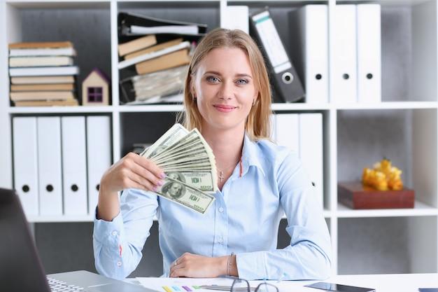 Portrait de belle femme d'affaires. scattering money