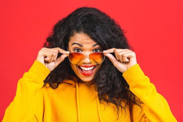 Portrait de la belle femme afro-américaine avec des lunettes de soleil