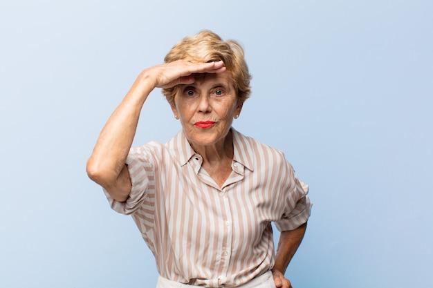 Portrait de belle femme âgée