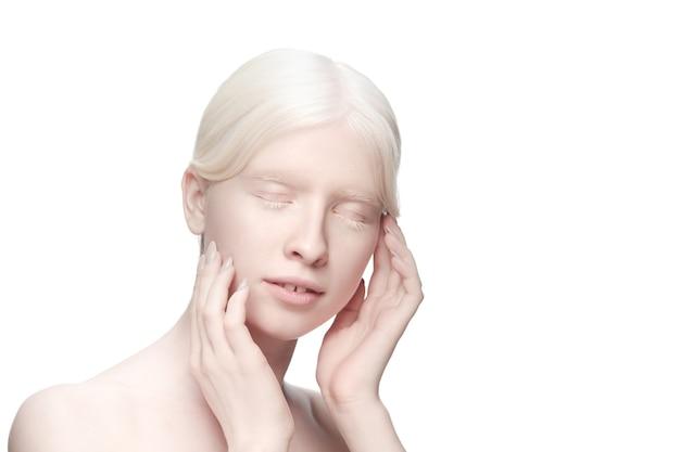 Portrait de belle femme albinos isolée sur blanc.