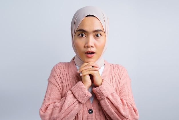 Portrait d'une belle femme asiatique choquée isolée sur blanc