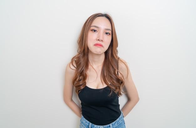 Portrait belle femme asiatique en colère, stress, inquiétude ou se plaindre sur fond blanc