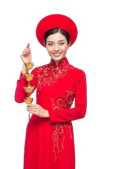 Portrait d'une belle femme asiatique en costume de festival traditionnel ao dai. vacances du têt. nouvelle année lunaire.