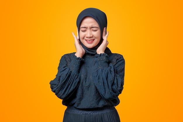 Portrait de belle femme asiatique couvrir les oreilles avec les deux mains