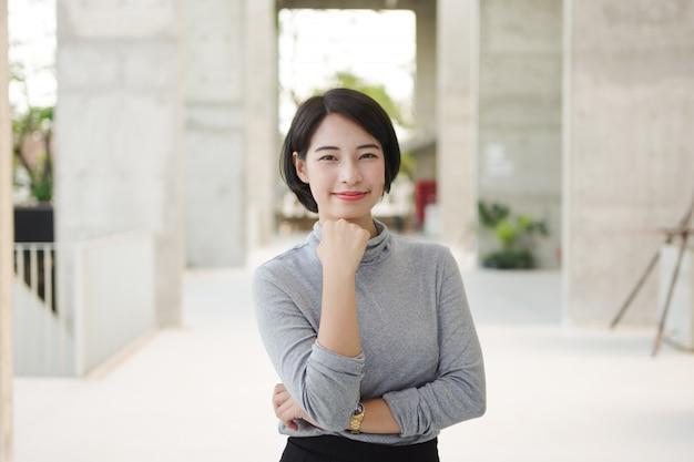 Portrait, de, belle, femme asiatique, dans, jeune, femme affaires, look