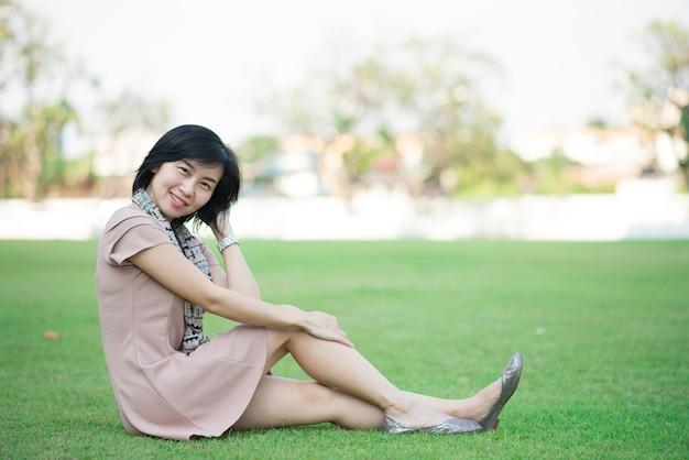 Portrait De La Belle Femme Asiatique Dans Le Parc Photo Premium