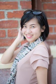 Portrait de la belle femme asiatique dans le parc