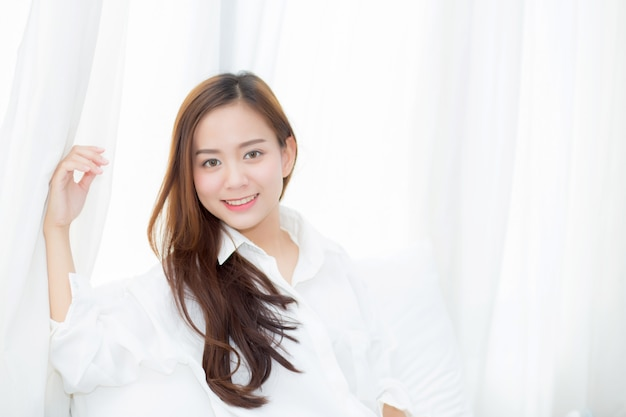 Portrait belle femme asiatique debout la fenêtre se réveiller