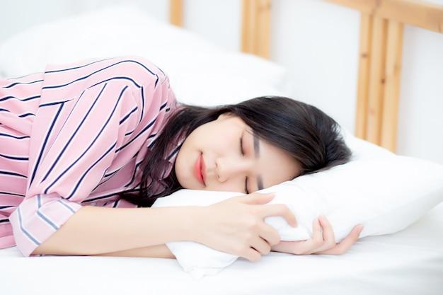 Portrait de la belle femme asiatique dormir au lit