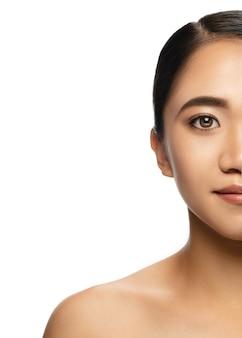 Portrait de belle femme asiatique isolée sur fond de studio blanc. beauté, mode, soins de la peau