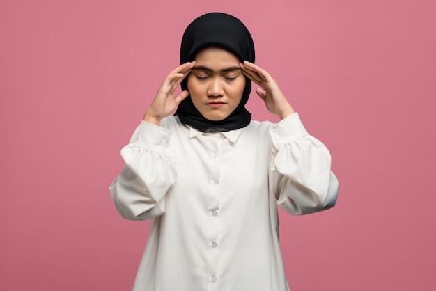Portrait de la belle femme asiatique mal de tête