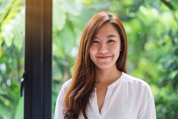 Portrait d'une belle femme asiatique avec une nature verdoyante