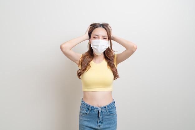 Portrait belle femme asiatique portant un masque et un visage de stress ou d'inquiétude sur fond blanc