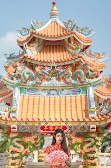 Portrait de belle femme asiatique en robe cheongsam