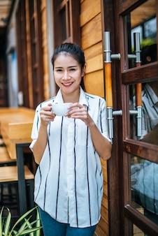 Portrait de belle femme asiatique se détendre au café
