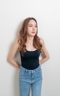 Portrait belle femme asiatique solitaire sur fond blanc