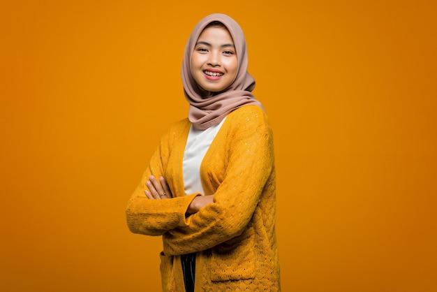 Portrait de la belle femme asiatique souriant avec la main pliée
