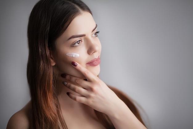 Portrait de la belle femme asiatique souriante avec une coiffure élégante et un maquillage doux parfait. concept de cosmétiques de soins de la peau. taches de rousseur face. haute résolution, prise de vue en studio,
