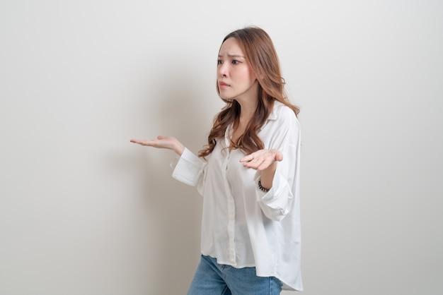 Portrait belle femme asiatique stress, sérieux, s'inquiéter ou se plaindre