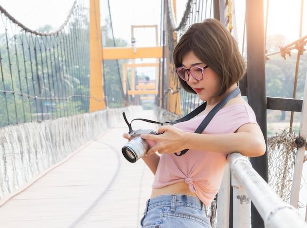 Portrait de la belle femme asiatique tenant et en regardant sa caméra