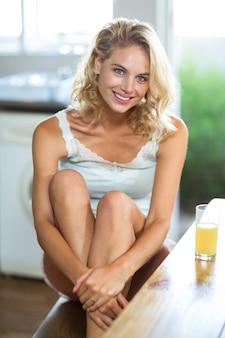 Portrait de belle femme assise à table