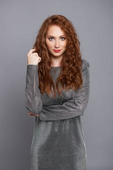 Portrait de la belle femme au studio shot