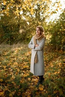 Portrait d'une belle femme d'automne