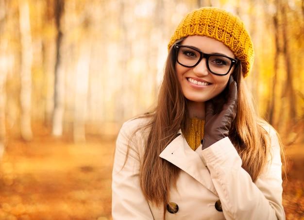 Portrait de belle femme à l'automne