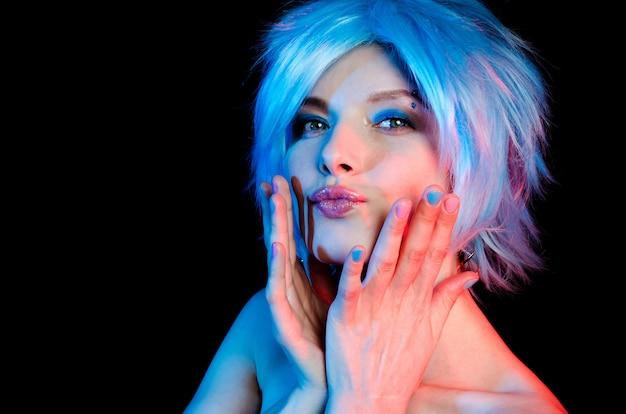 Portrait de belle femme aux cheveux bleus
