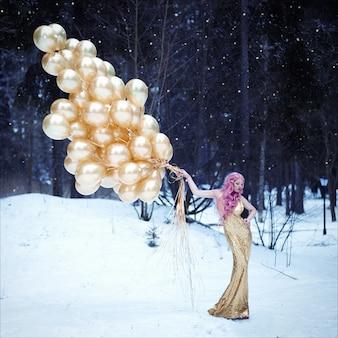 Portrait de la belle femme aux cheveux roses en robe longue à la mode dorée avec une coiffure