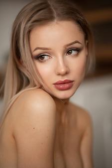Portrait d'une belle femme aux lèvres rouges