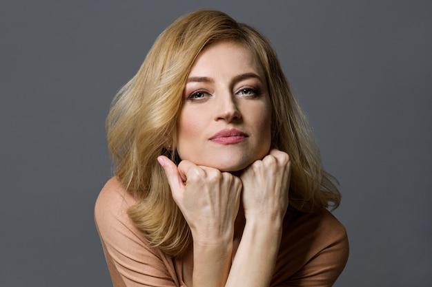 Portrait d'une belle femme blonde d'âge moyen.