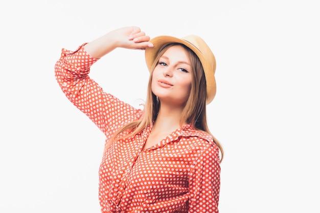 Portrait de la belle femme blonde au chapeau de paille isolé sur fond blanc