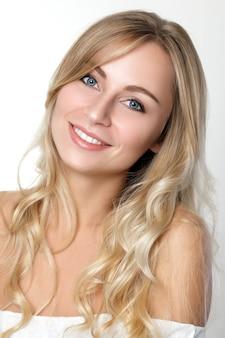 Portrait de la belle femme blonde aux yeux bleus. concept de soins de la peau, spa, bien-être et mode de vie.