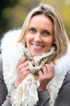 Portrait de la belle femme blonde dans le froid en automne