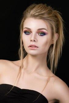Portrait de la belle femme blonde avec du maquillage de mode